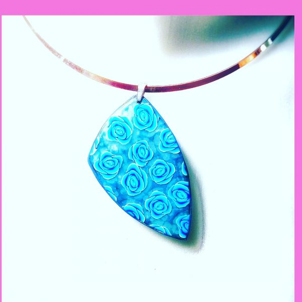 """Collier """"Roses Bleues """""""